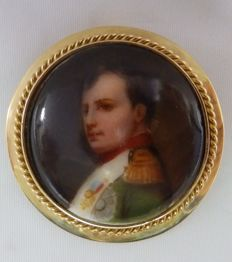 Brooch of French porcelain, representing Napoleon.  Gold 18 kt.