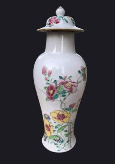 A massive Famille rose baluster vase - China - Yongzheng period (1736-1795)