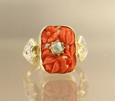 14 kt bi-colour ring set with coral and rose cut diamond with 2 side stones, single cut diamonds, ring size 20 (63)