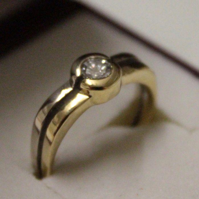 14 kt bicolour gold ring inlaid with diamond.