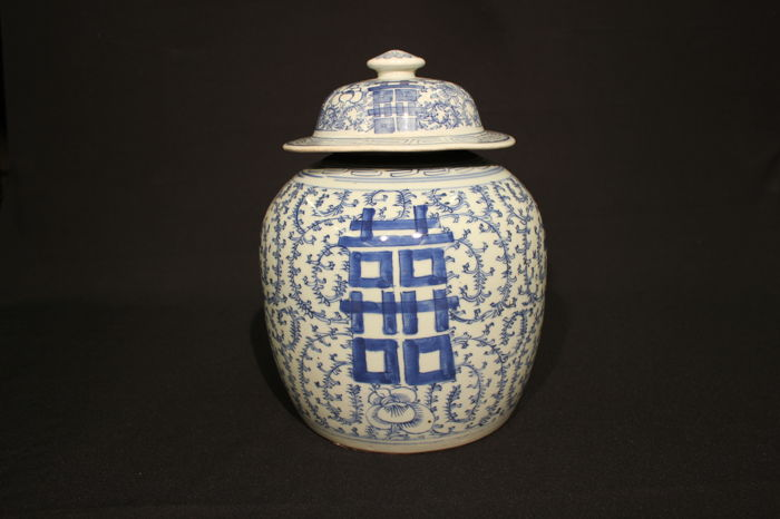 Vase with lid - China, circa 1900