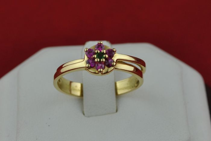 Flower Pattern Pink Sapphires  & Emerald set on 18k Yellow Gold (French stamped) Ring - Fast Shipping