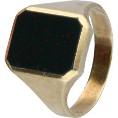 14 kt - Yellow gold signet ring, set with heliotrope - ring size: 20.75 mm