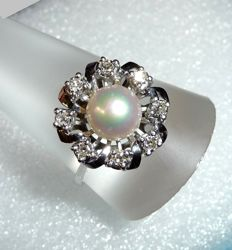 Ring, 14 kt / 585 white gold 8 diamonds approx. 0.40 ct + 1 Akoya pearl with 7.7 mm RS 60-60.5 mm * No reserve price *