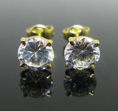 Yellow gold 18 kt, earring, set with 2 cubic zirconia ct 2,00 tot. Weight 2,20 gr.