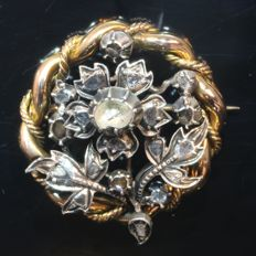 Graceful Victorian red gold flower brooch with diamonds encrusted in silver top, anno 1870