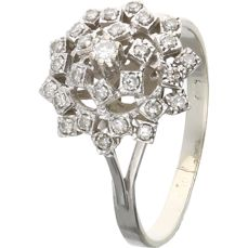 14 kt  – White gold entourage ring set with 1 round brilliant cut diamond and 26 single cut diamonds of 0.228 ct in total – Ring size: 19.25 mm