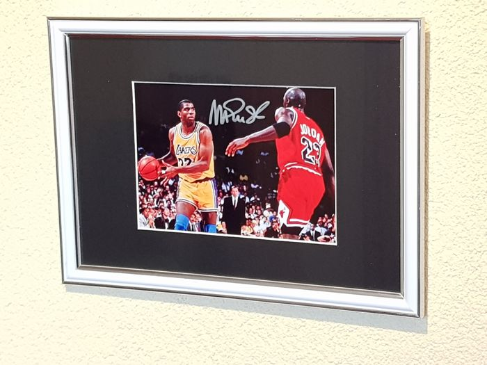 Magic Johnson en Michael Jordan - Basketbal legends Dream Team '92 - framed photo signed by Magic + COA