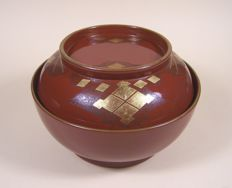 A high-quality red lacquer ware ('urushi') lidded bowl - Japan - ca 1900-1925 (Meiji/Taisho period)