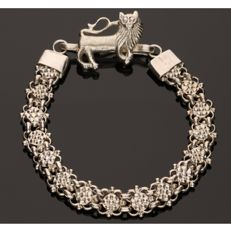835 Silver, tooled link bracelet with a tooled clasp in the shape of a lion - Length: 20 cm