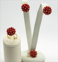Set of earrings, pendant and ring in 18 kt yellow gold and red coral Ring size: 17