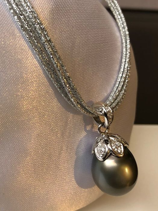 Necklace with pendant in 18 kt white gold, diamonds and black Tahitian pearl