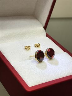14 kt Yellow gold ear studs with unique cut Garnet