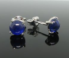 White gold 18 kt, earring, set with 2 sapphires cabochon-cut ct 3,00 tot. Weight 1,85 gr.