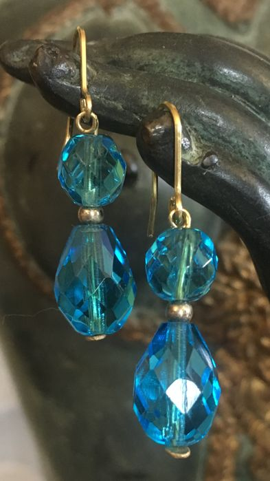18 kt gold clasp earrings with two sea-coloured gemstones