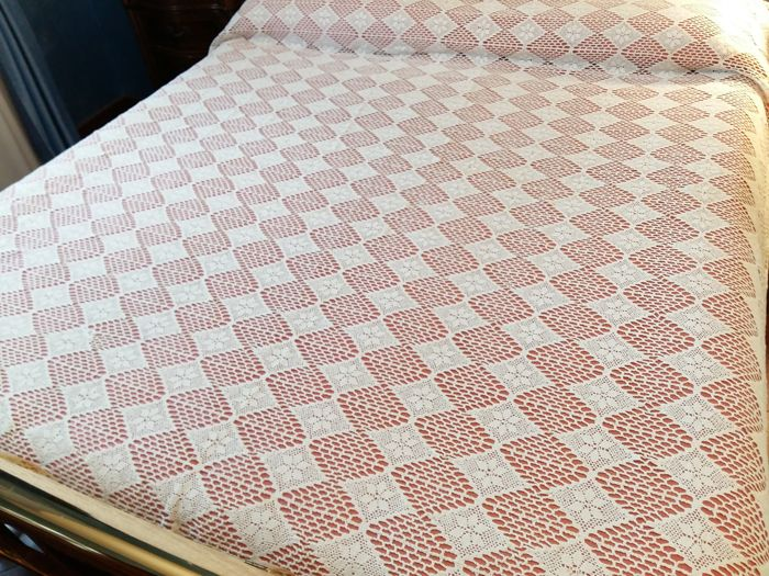 Elegant furnishing cloth of the 1960s. Size: 240 x 210
