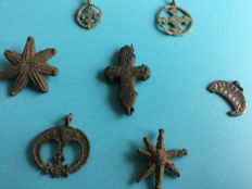 7 medieval bronze amulet lunula and crosses 22-40 mm (7)