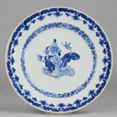 Porcelain Plate 'Flowers & Butterfly', inspired by Maria Sibylla Merian - China  - first half 18th century