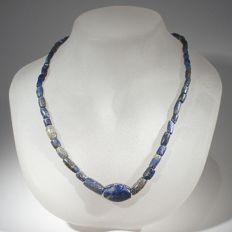 Bactrian necklace of lapis lazuli beads. L 42 cm