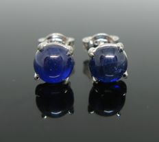 White gold 18 kt, earring, set with 2 sapphires cabochon-cut ct 1,50 tot. Weight 1,85 gr.