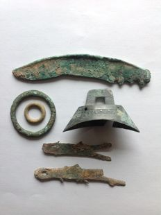 China - Lot consisting of 6 pieces of pseudo medals/pseudo money: 2 fish, 1 bell, 2 rings. Around 1122 B. C.– 256 B. C.