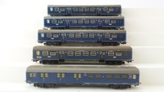 "Märklin H0-4048/4049 - five ""Plan E"" 2nd class carriages with a post carriage of the NS"