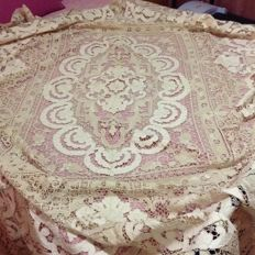 Double bedspread made in bobbin lace