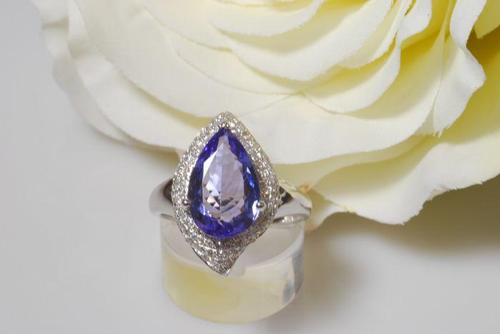 White Golden Tanzanite and Diamond Ring - 5.13 ct
