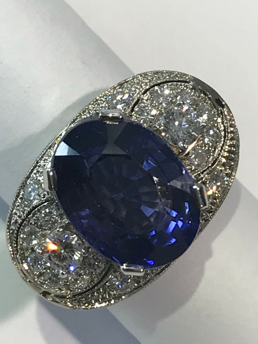 White gold ring with central 10.61 ct sapphire and diamonds, total weight 13.15 g, Italian size 16, can be resized.