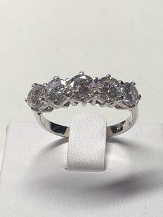 Ring in 18 kt white gold set with diamonds totalling 2.40 ct