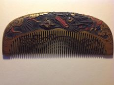 A gorgeous turtle shield kushi (comb) with dragon decorations - Marked 'Shinsai' by the maker - Japan - around 1900