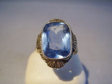Golden Art Nouveau ring with 10 ct light blue spinel in a fine millegrain setting, created around 1915/1920