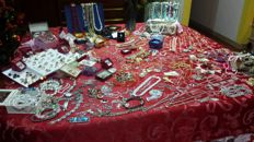 Large collection of approx. 380x vintage and contemporary jewellery items, for an overall weight of approx. 7 kg. Hallmarked gold and silver, Baltic amber, coral, different stones, medals, etc.