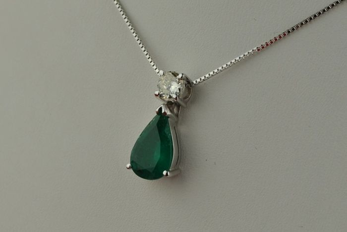 Exclusive Pear-Shaped Colombian Color Emerald (+/-2.00CT) & Diamond (+/-0.25ct) set on 18k White Gold + Chain