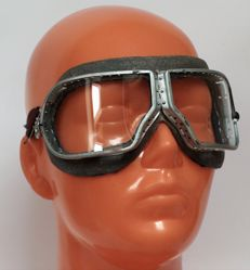 "Russian Pilot Goggles produced in 1975 (rare to find original!) - with the particularity of the symbol of the manufacturer in ""eye shape"" and The bayonet blade from Self-loading Carabin Simonov"