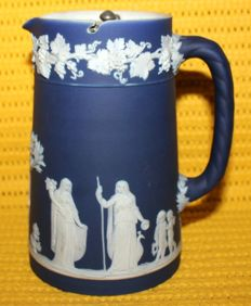 "Wedgwood - Jasperware jug ""Offering  to Peace"", England 1869/1895"