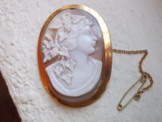 Large antique brooch  9ct yellow gold with cameo