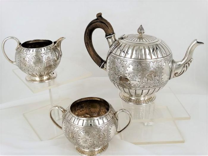 A Victorian three-piece Sterling silver tea set - London - 1878