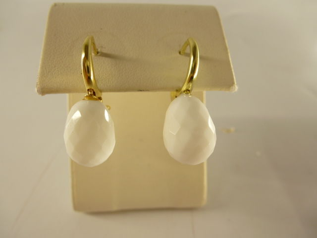 Earrings in 18 kt gold and white coral