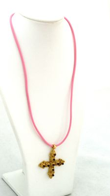 19.2 ct yellow gold cross with pink silicone necklace  - 8,1 grs - 42cm