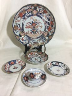Gilded Imari set with a large plate, a basket with a Dutch silver handle, a teacup and saucer, and two small plates - Japan - 18th/19th century
