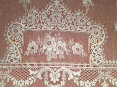 Lot with 9 lace rod curtains and 5 loose curtain edges