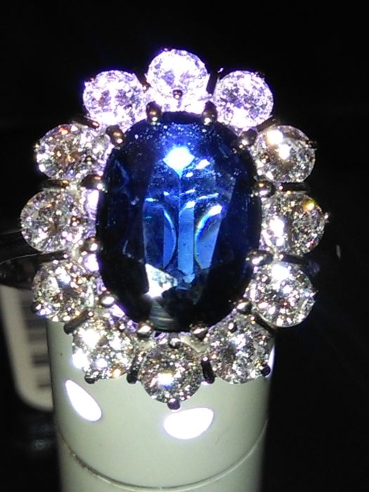 Cocktail ring in 18 kt gold With 4.30 ct sapphire and diamonds totalling 1.50 ct