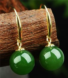 18 kt gold jade earrings 1.8 Grams total weight Size 2.2 cm Length,jade size:7.5-8 mm