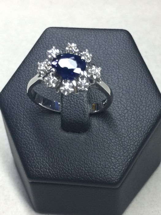 Engagement ring - 0.90 ct Sapphire and 0.20 ct of Diamonds