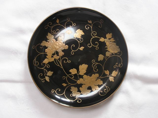 Excellent lacquer plate with floral decoration - Japan - Late Edo period (1840-1868)