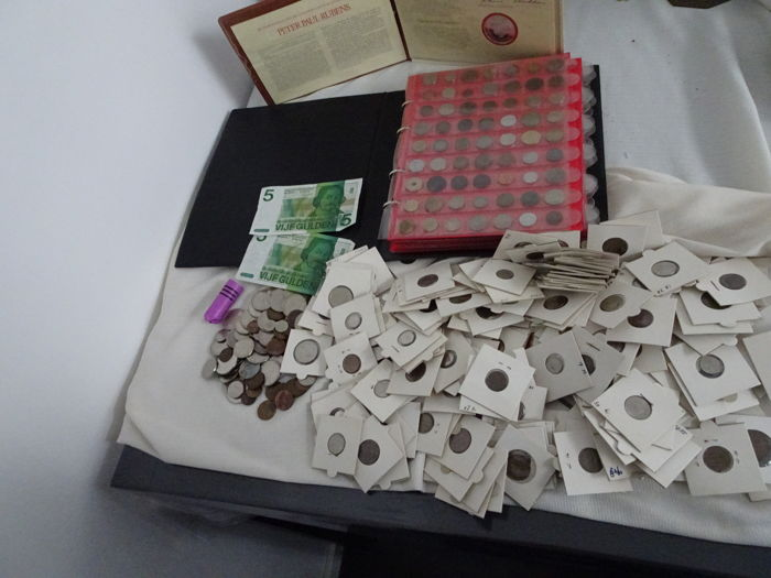 World - collection of 307 coins in a folder, 540 g of Dutch coins and 215 x Dutch coins in coin holder, 2 notes - 1821-2006