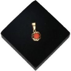 14k - Yellow gold pendant set with red coral - Length x width: 1.5 x 0.8 cm