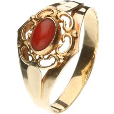 14 kt yellow gold decorated ring set with a precious coral Ring size: 18.5 mm