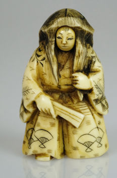 Ivory netsuke - Noh actor with fan and rotating face - signed - Japan - around 1920